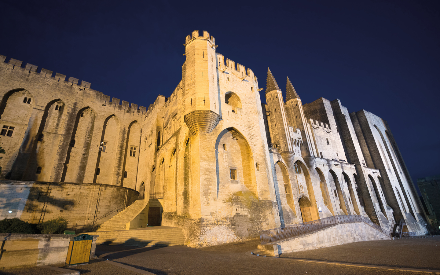 The Palais des Papes in Avignon at night